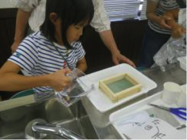 ④牛乳パックで手すきはがきリサイクルを学ぶ